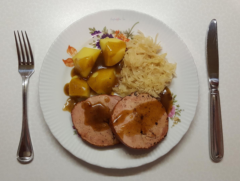 Kasseler Lachsbraten mit Salzkartoffeln und Sauerkraut