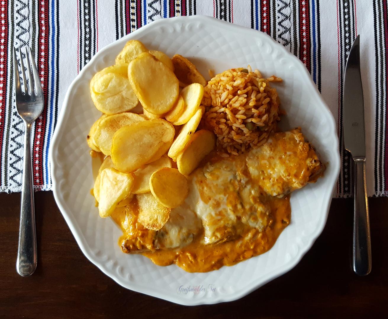 Souvlaki mit Metaxasoße und Käse überbacken, Reis und Kartoffelchips