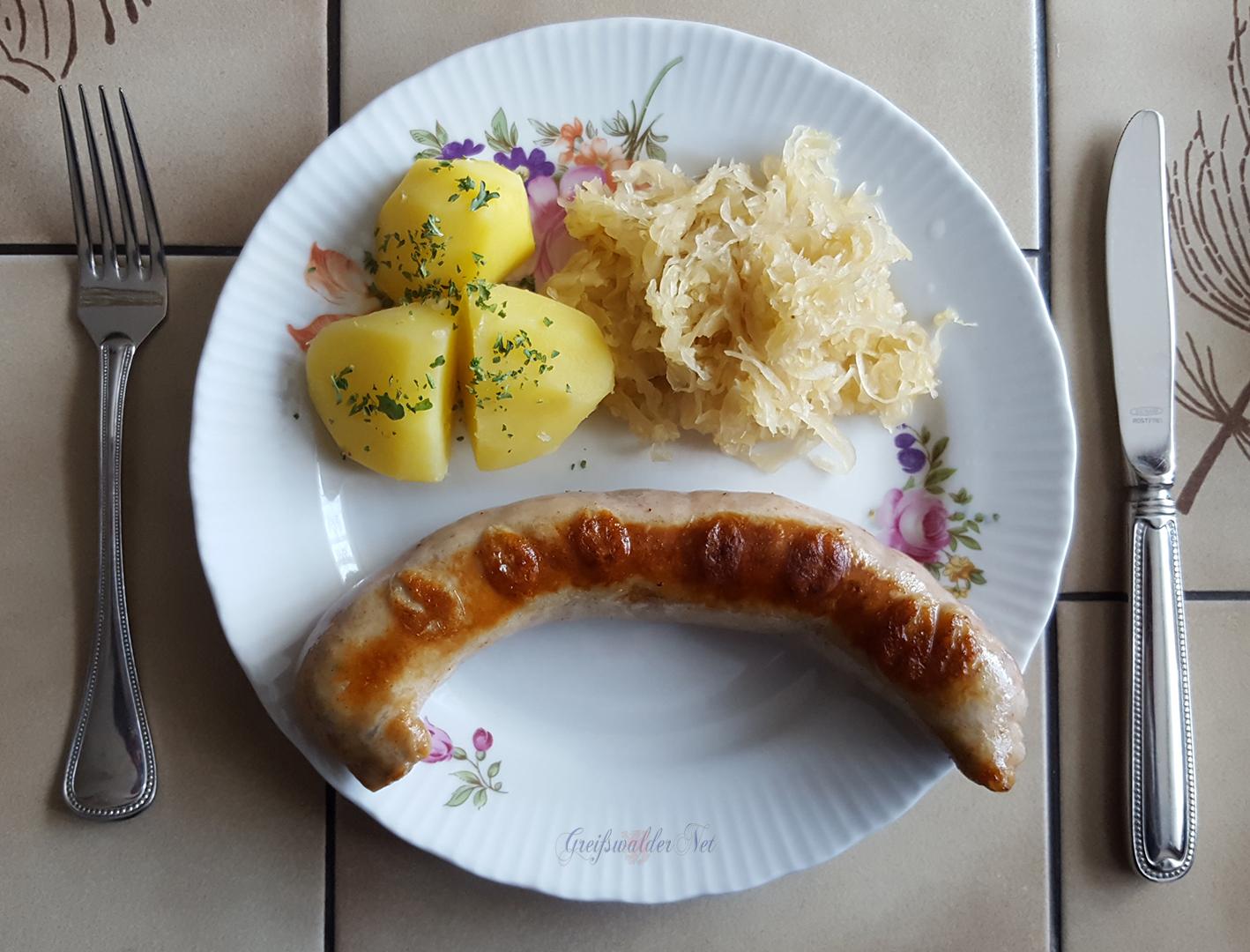 Thüringer Rostbratwurst mit Salzkartoffeln und Sauerkraut