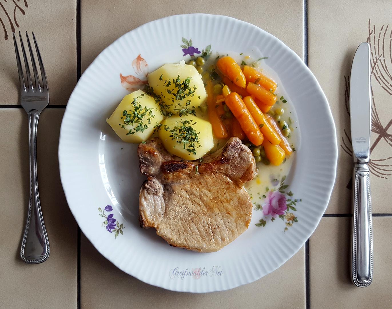 Kotelett mit Salzkartoffeln und Mischgemüse