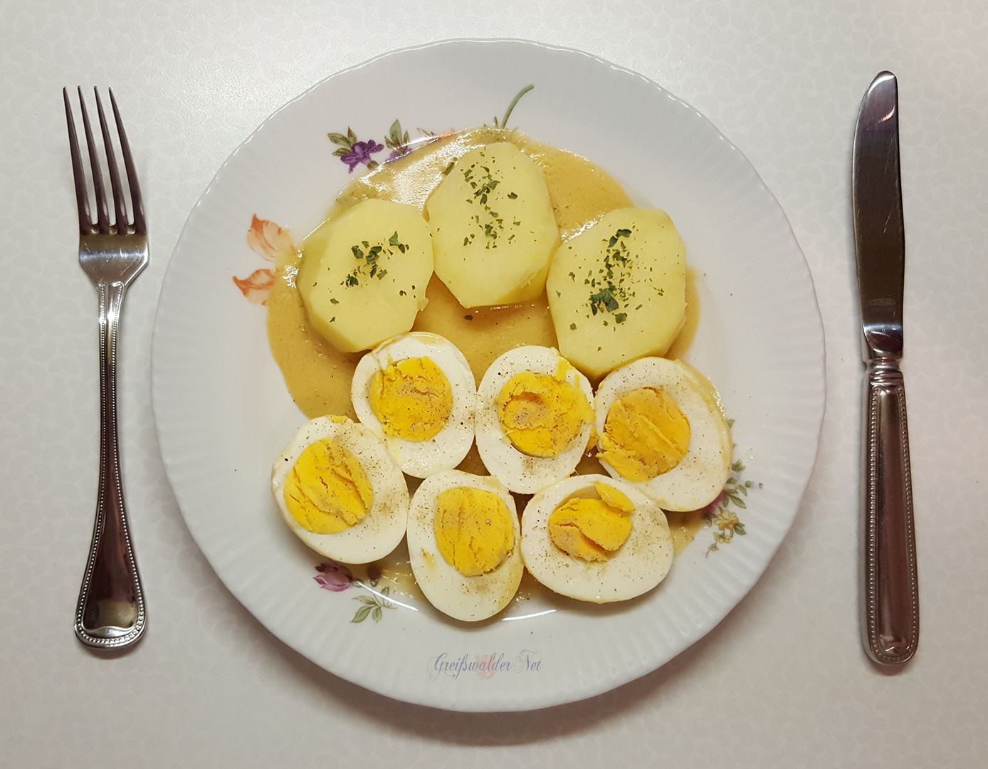 Senfeier mit Frühkartoffeln