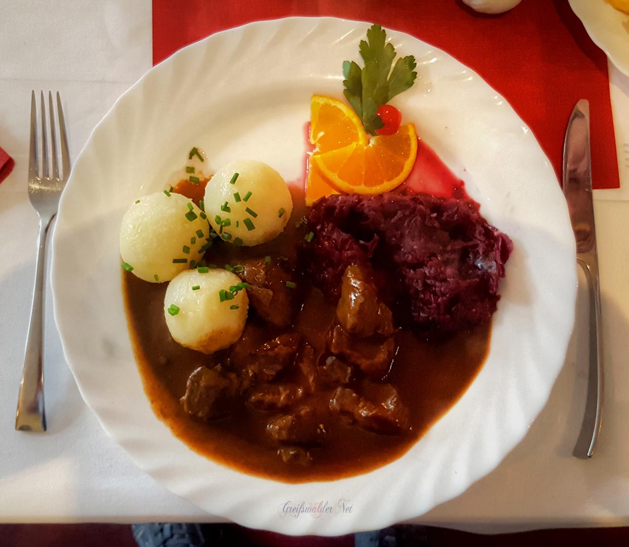 Hirschgulasch mit Rotkohl und Kartoffelklöße