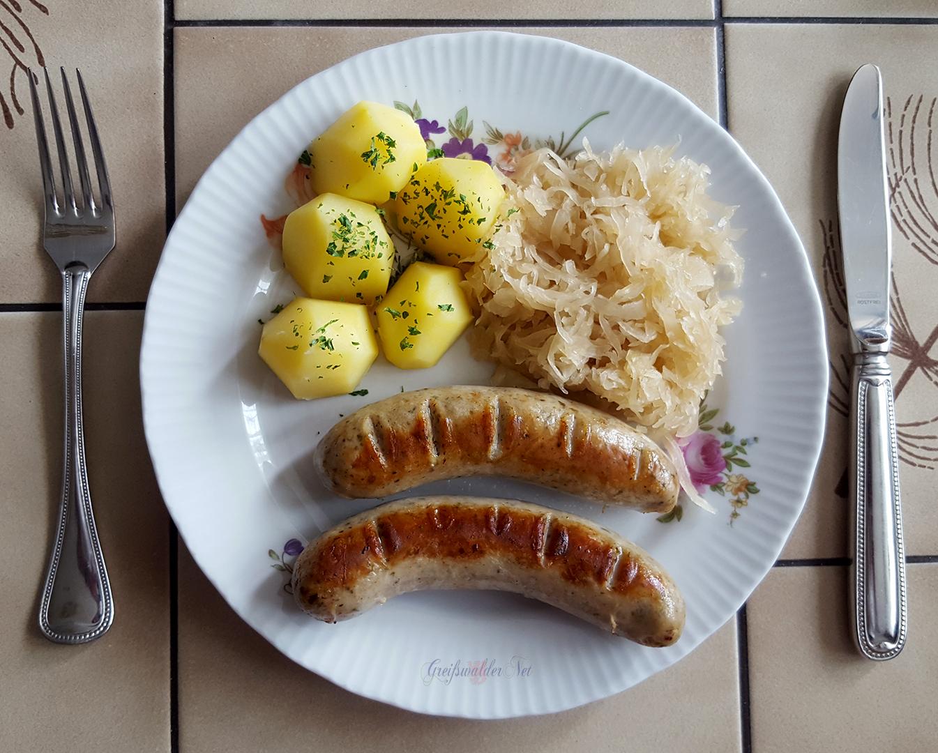 Bratwurst mit Salzkartoffeln und Sauerkraut