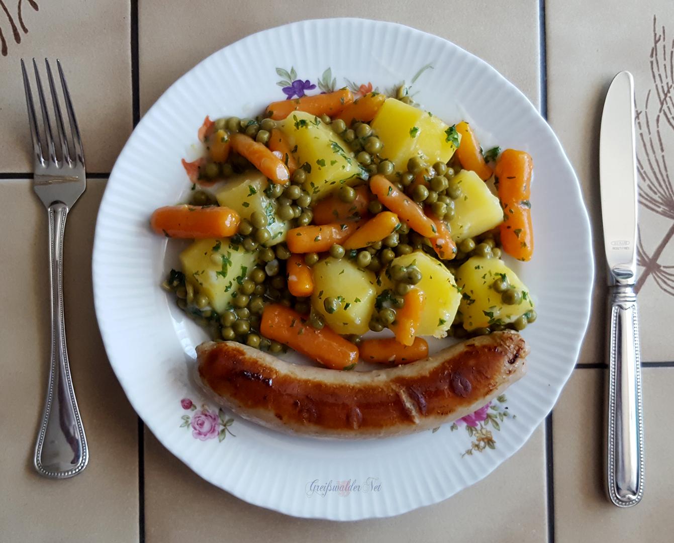 Bratwurst mit Salzkartoffeln und Mischgemüse