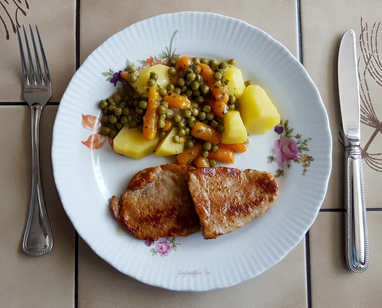 Kleine Steaks mit Salzkartoffeln und Mischgemüse