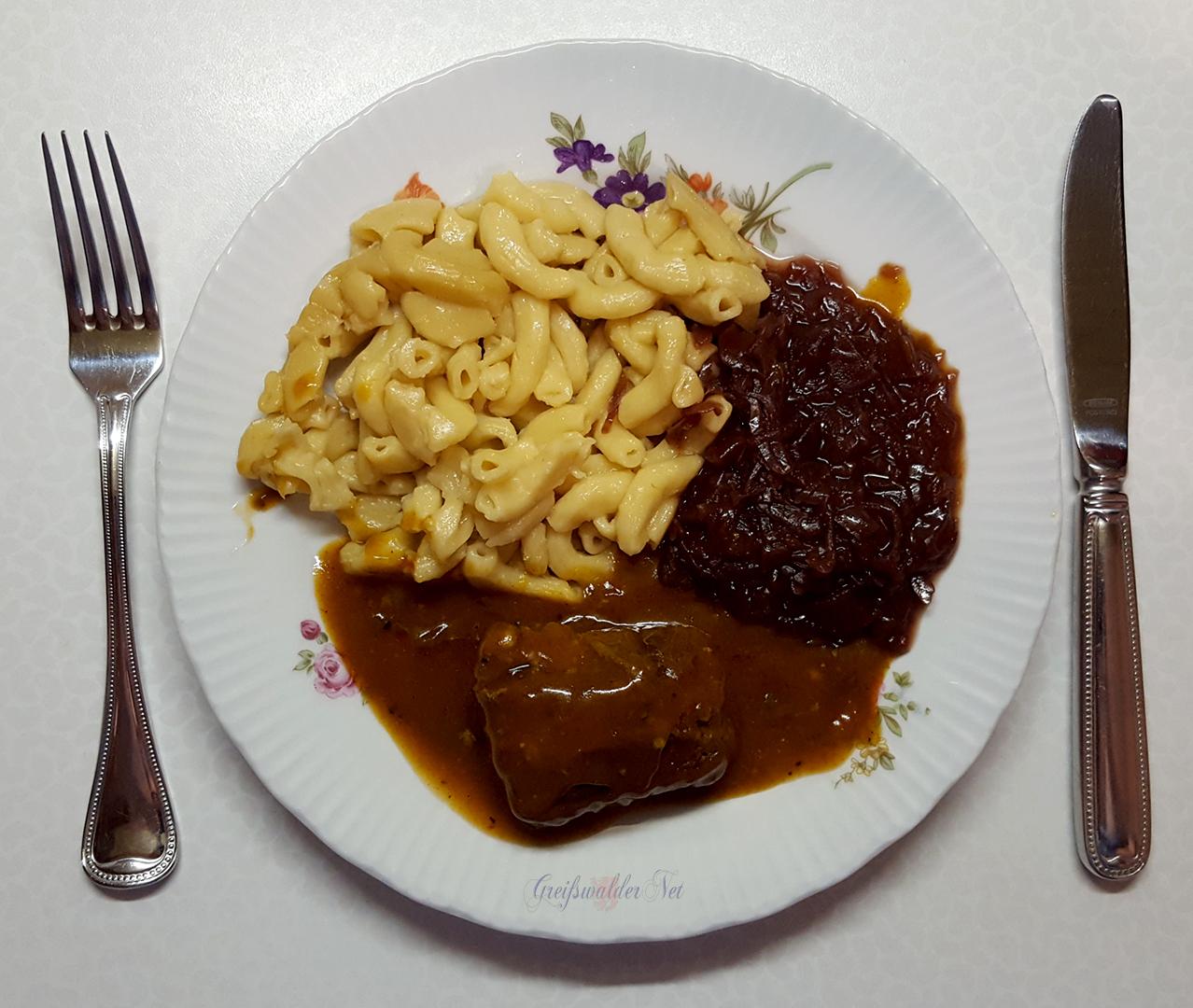 Rinderroulade in herzhafter Sauce mit Nudeln und Apfelrotkohl