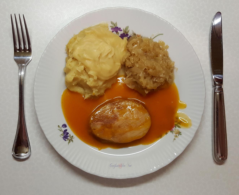 Kasselerbraten in würziger Sauce mit Kartoffelpüree und Weinsauerkraut