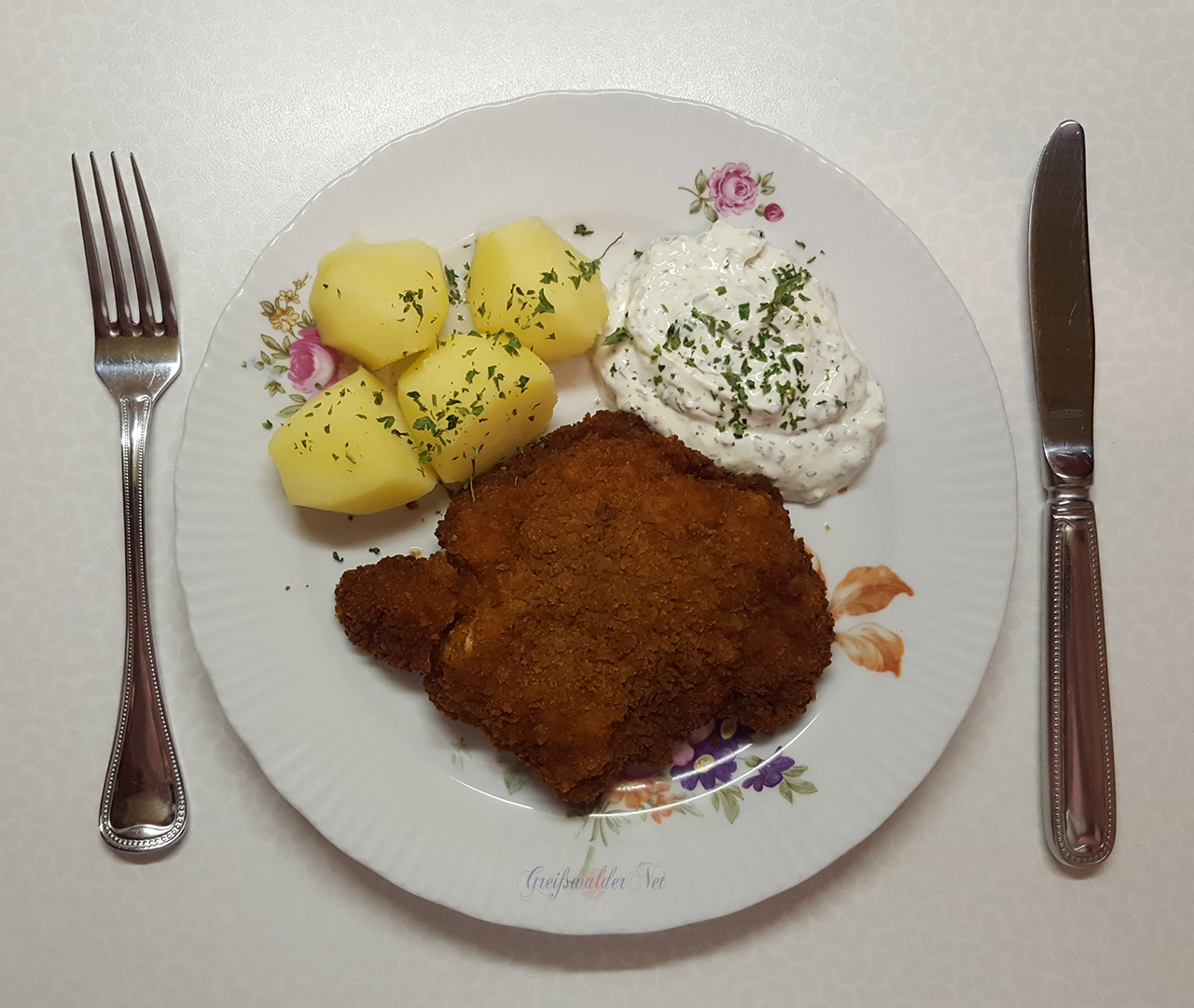 Hähnchenschnitzel mit Kartoffeln und Kräuterquark
