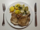 Kotelett mit Salzkartoffeln und Porree