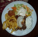 Schweinesteak, Gyros, Tzatziki, Pommes, Reis und Salat (Metaxasoße extra)