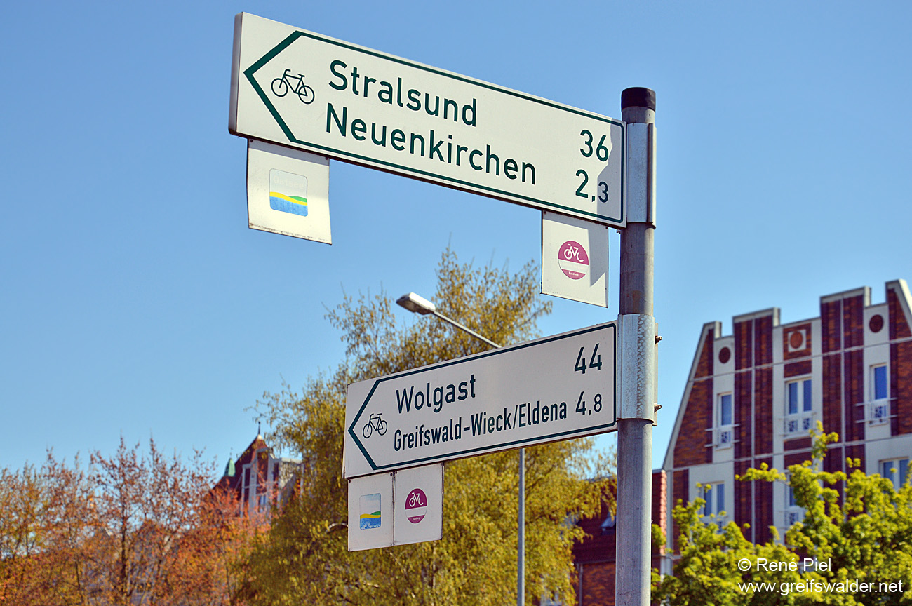 Wegweiser am Museumshafen in Greifswald