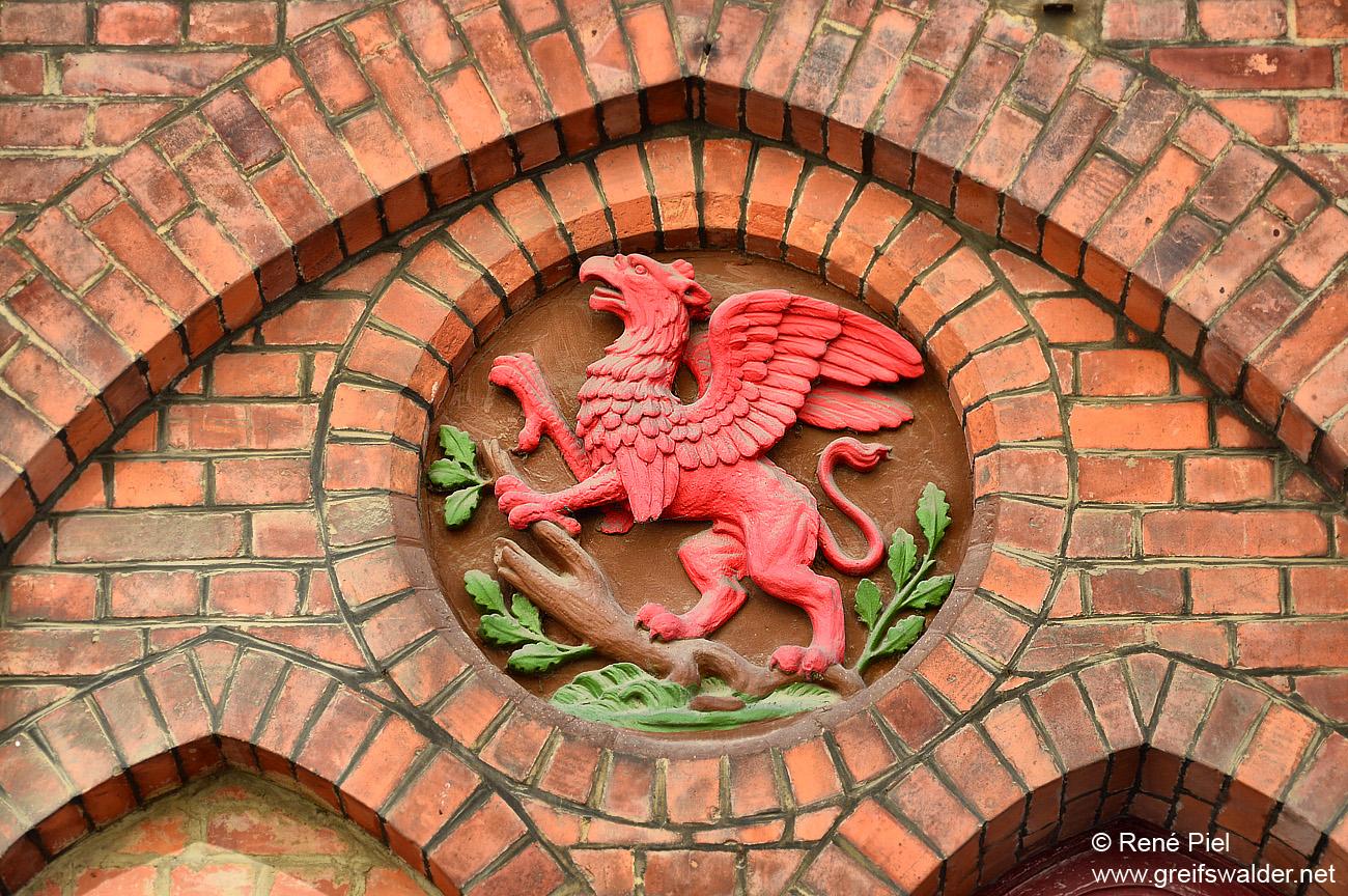 Wappen am ehemaligen Gebäude der Freiwilligen Feuerwehr in Greifswald