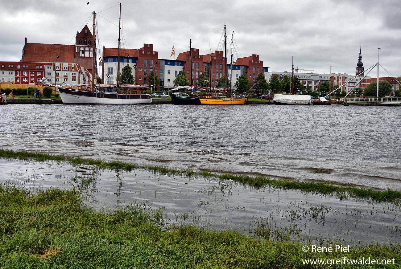 Erhöhter Wasserstand am Museumshafen in Greifswald