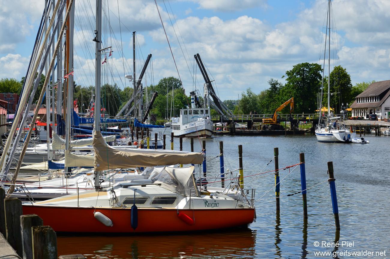 Hafen Greifswald-Wieck mit Brücke