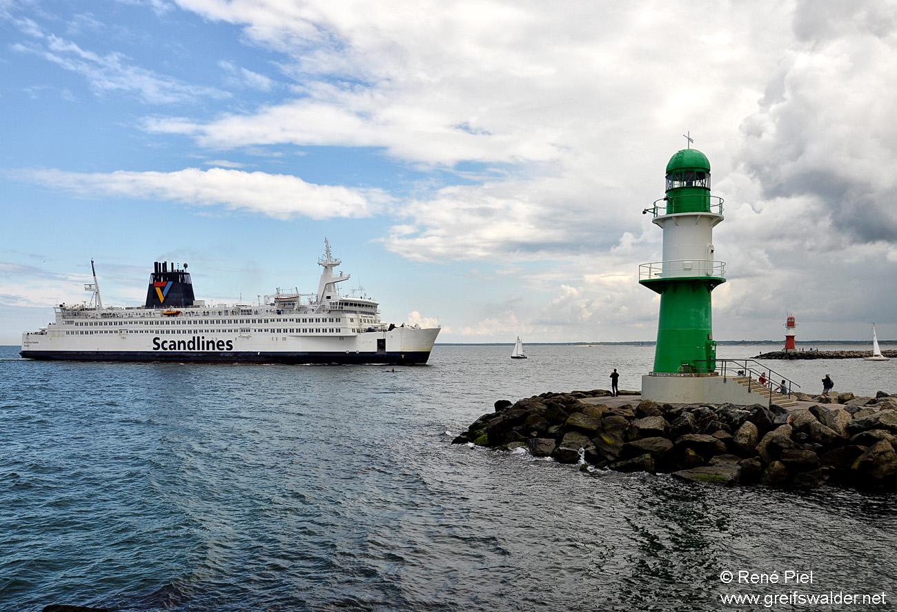 Warnemünde - Einfahrt in den Hafen
