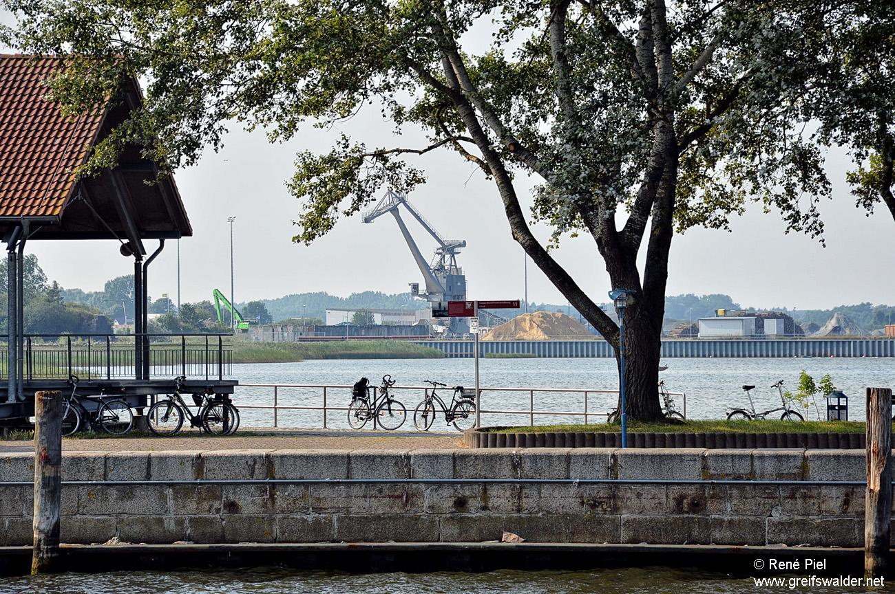 Blick auf den Ölhafen in Greifswald-Ladebow