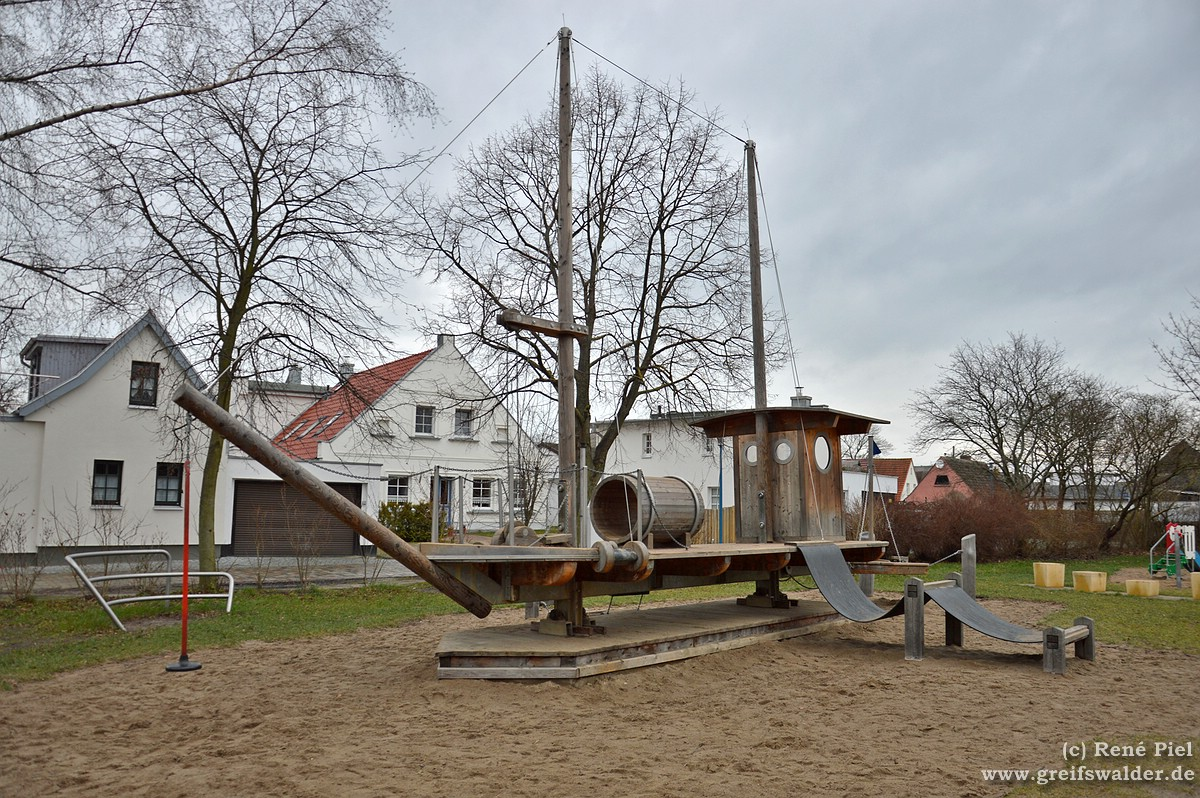 Wackelschiff auf dem Spielplatz in Greifswald-Wieck