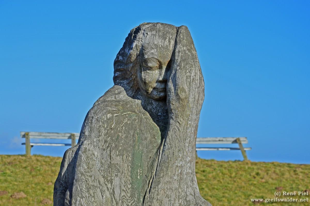 """Skulptur """"Das Mädchen mit Schwänen"""" am Deich in Greifswald-Wieck"""