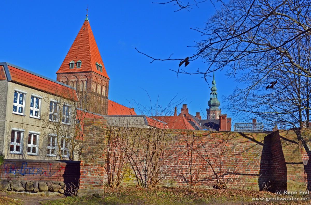 Stadtmauer, Jacobikirche und Dom Sankt Nikolai