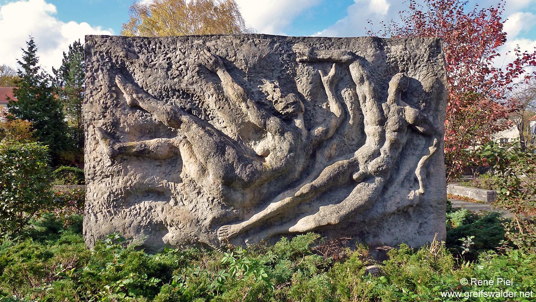 """Reliefstele von Jo Jastram """"Paar im Wasser"""" - Rosengarten Greifswald"""
